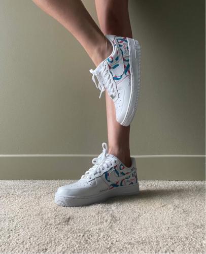 """<p class=""""shoes"""">La paire de Nike Air : </p><br><p class=""""marque""""> 140 euros</p>"""